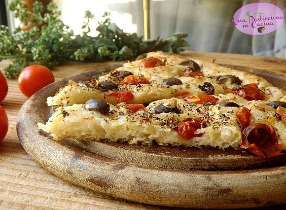 Focaccia di Patate Soffice senza Glutine – con Pomodorini Olive e Origano