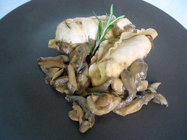 Involtini di pollo al rosmarino con contorno di funghi