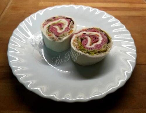 Rotolo di mozzarella farcito con radicchio, salame e insalata russa
