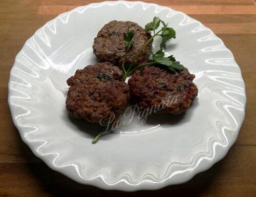 Hamburger di bovino fatti in casa con cipolla, prezzemolo e pepe nero