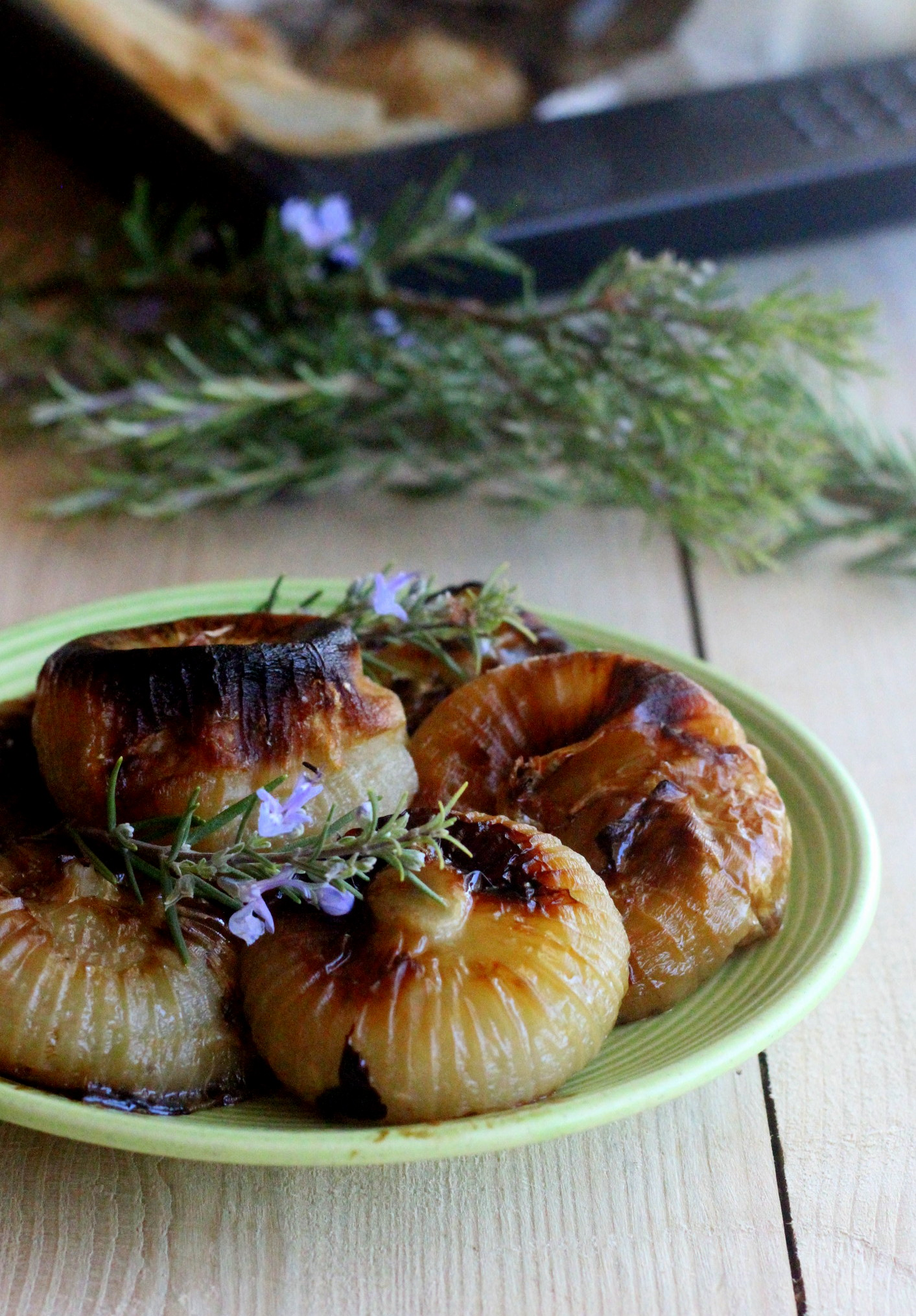 Cipolle al forno con ciuffi di rosmarino