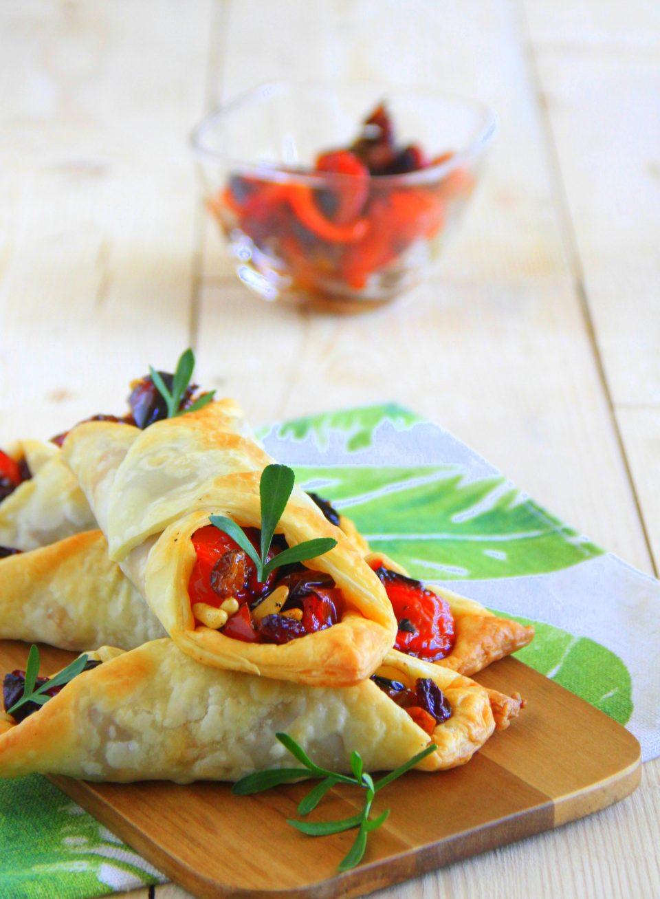Sfoglie croccanti con peperoni uva passa e pinoli