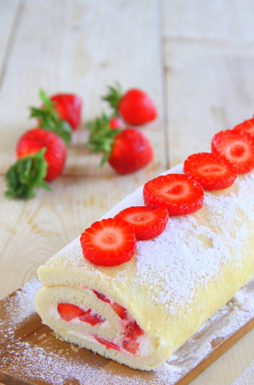 Rotolo dolce con panna e fragole