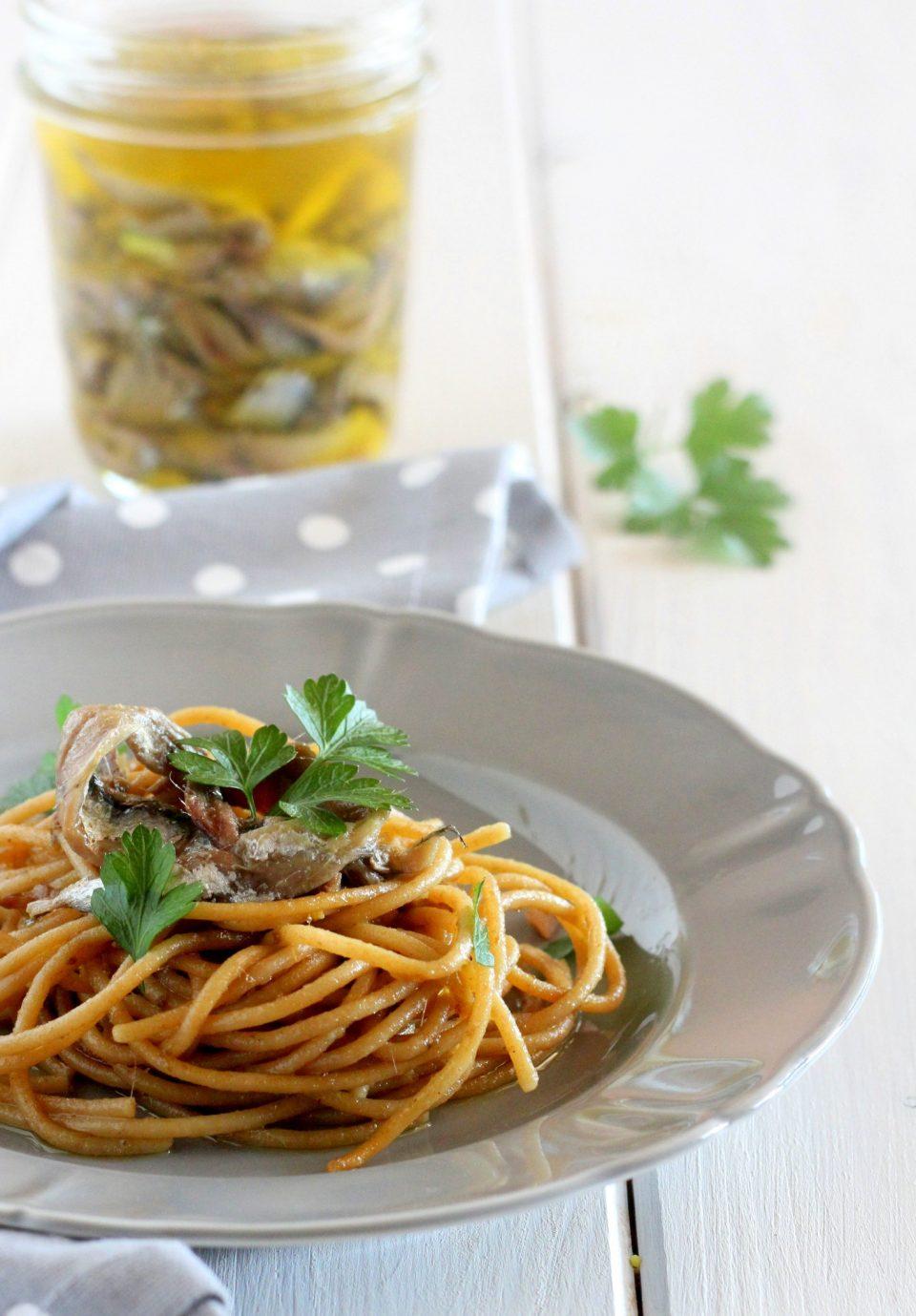 Spaghetti integrali con acciughe sott'olio