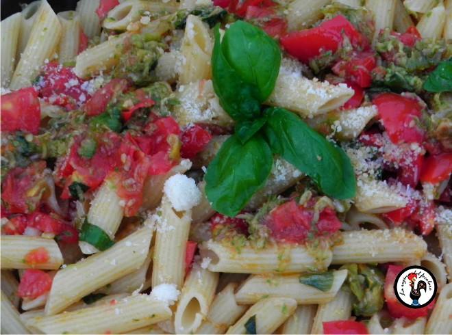 pasta corta con zucchine, pomodorini e pecorino