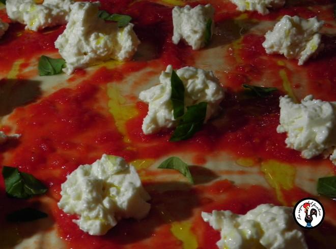 Pizza margherita ancora cruda