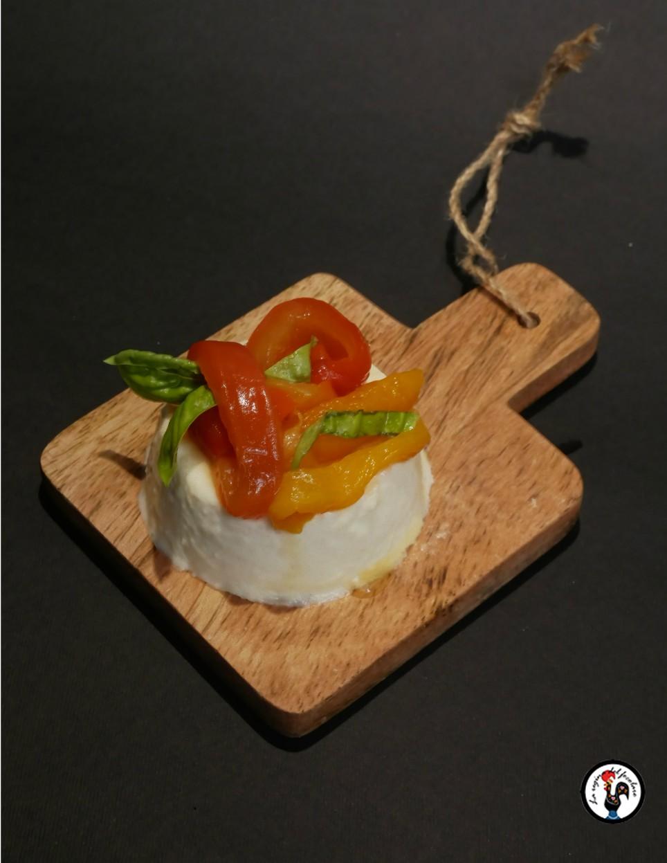 Panna cotta al parmigiano con peperoni al forno e basilico
