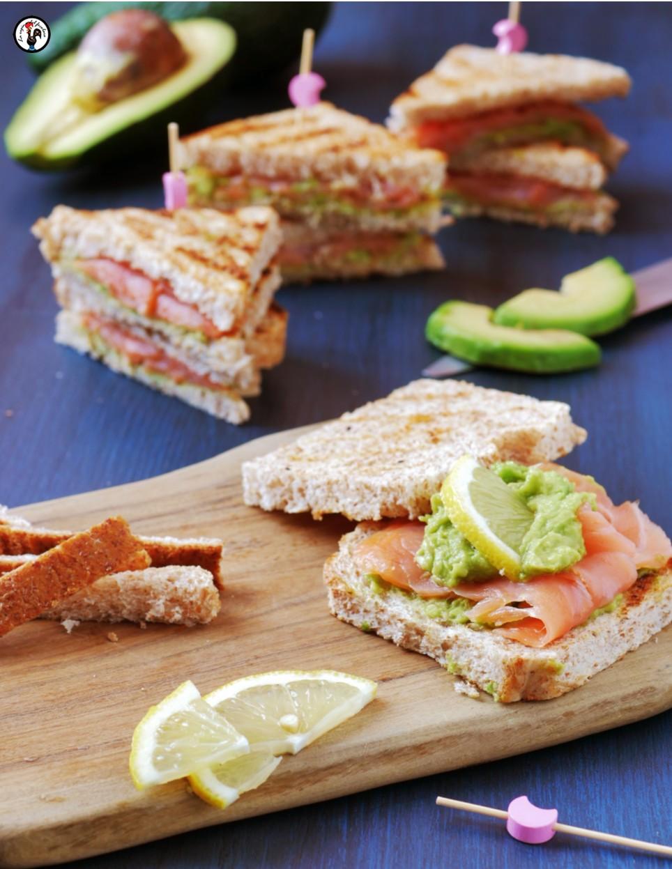 Sandwich di pane integrale con salmone e avocado