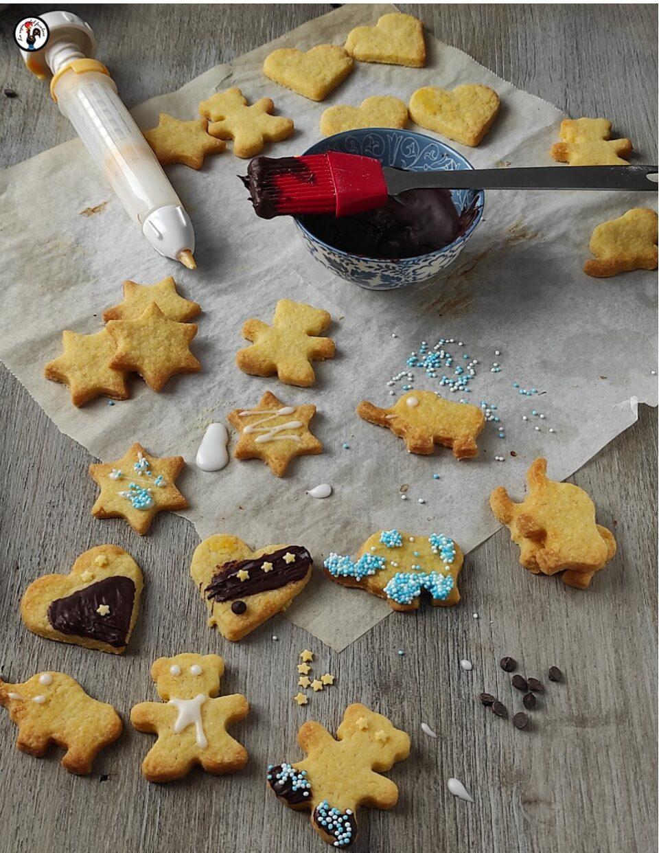 Decorare i biscotti con penna e pennello da pasticceria
