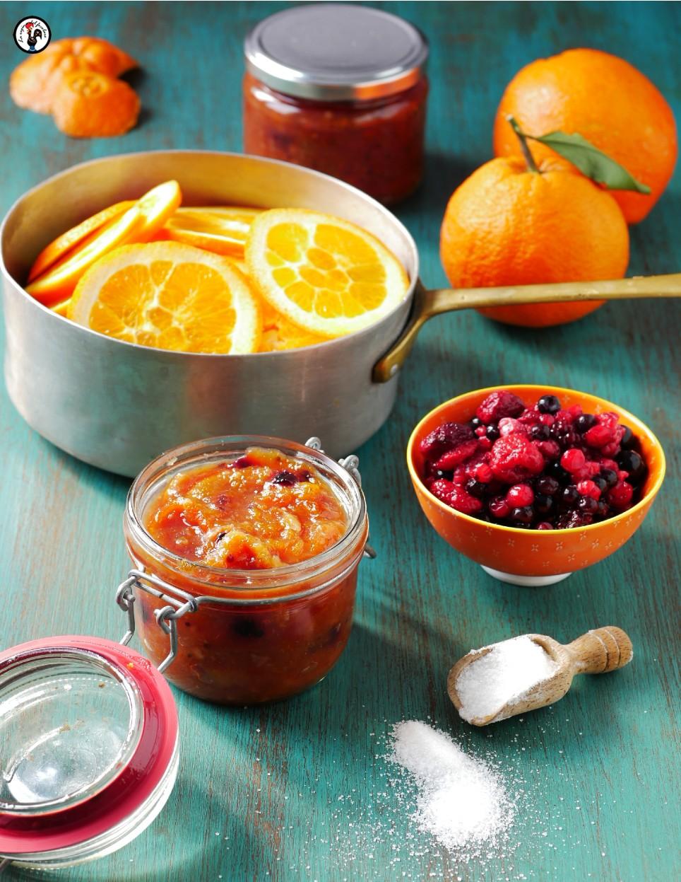 Marmellata di arance con la buccia e frutti rossi