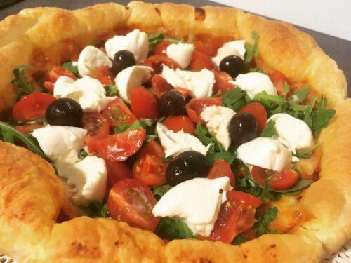 Finta pizza con base di pasta sfoglia