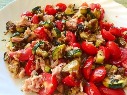 Insalata con zucchine grigliate, tonno e pomodorini