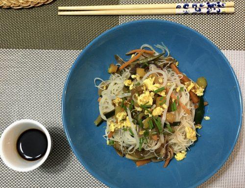 Vermicelli di riso con verdure in salsa di soia