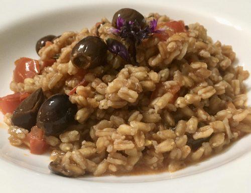 Farro con olive taggiasche e pomodorini.
