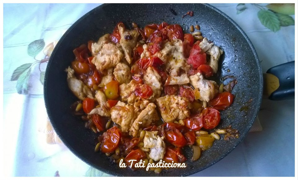 Petto di pollo pinoli e pomodorini