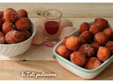 Castagnole rosa ricotta e alchermes senza olio e senza burro