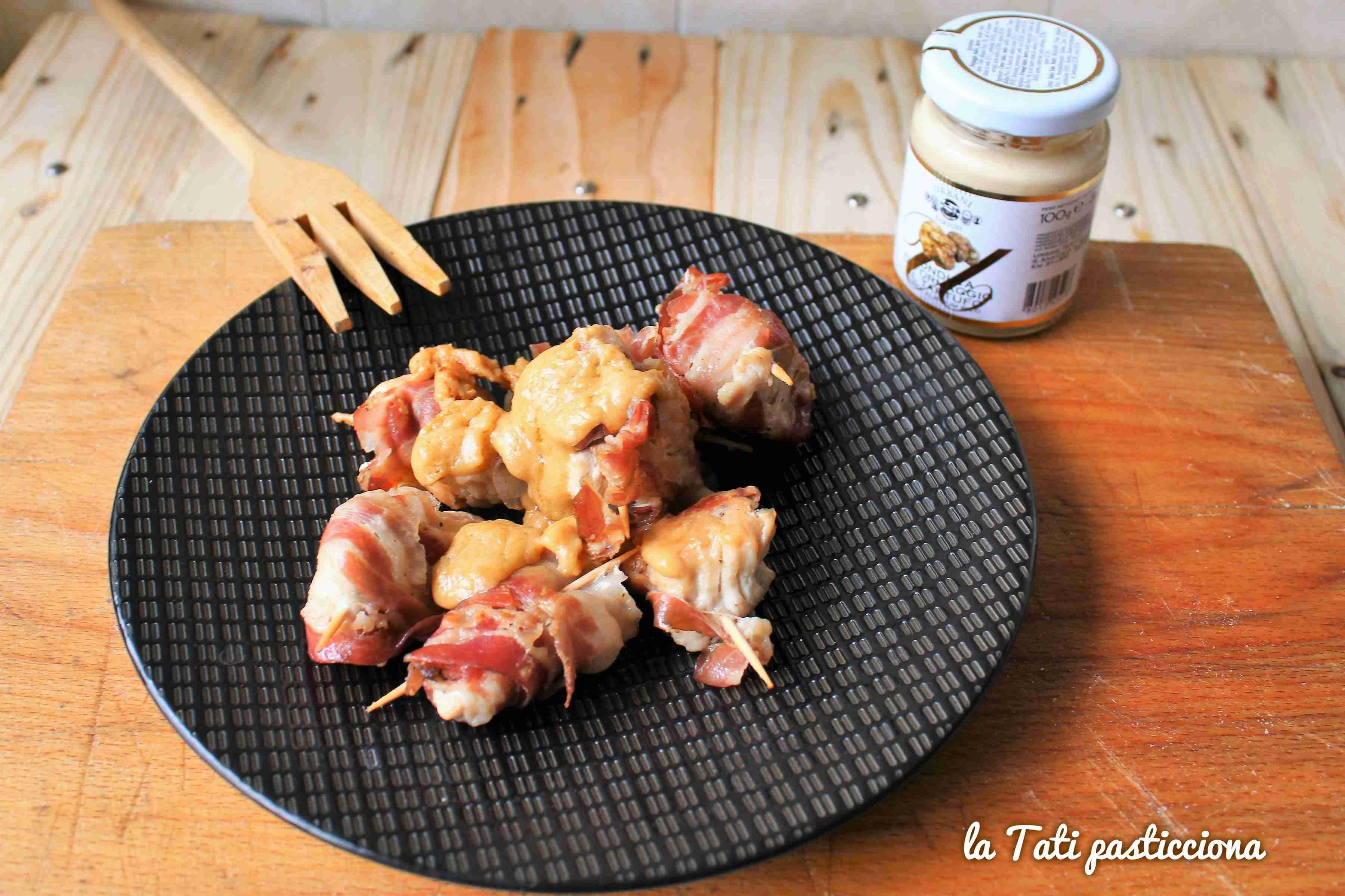 fagottini di pollo e pancetta con fonduta di formaggio al tartufo