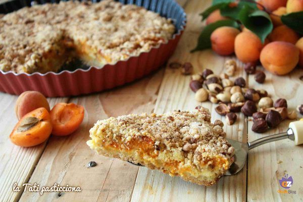 Torta Sbriciolata Albicocche Crema e Nocciole