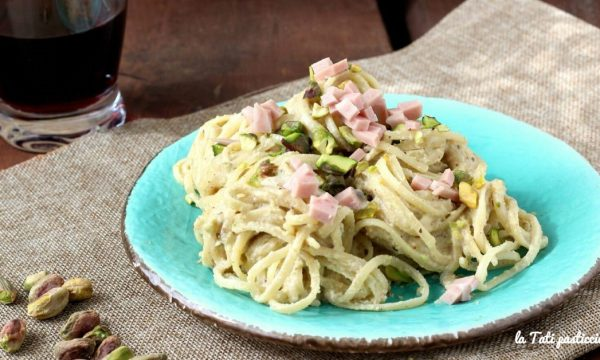 Pasta con crema di mortadella e pistacchi