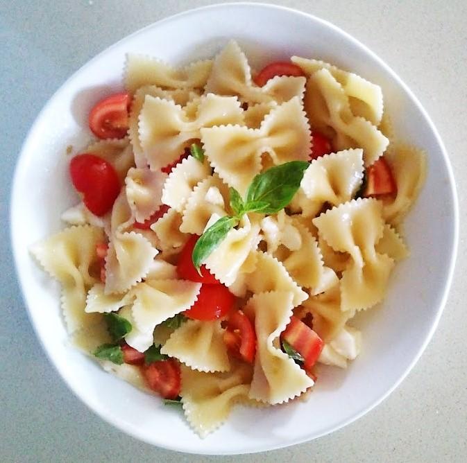 Farfalle pomodorini mozzarella e basilico