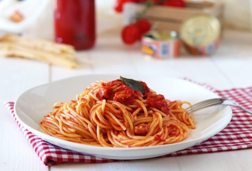 Spaghetti con tonno e pomodoro