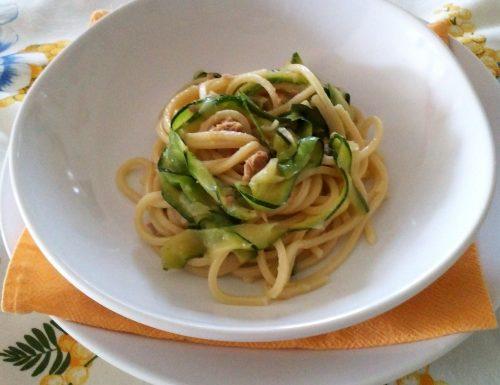 Spaghetti con tonno e zucchine alla julienne