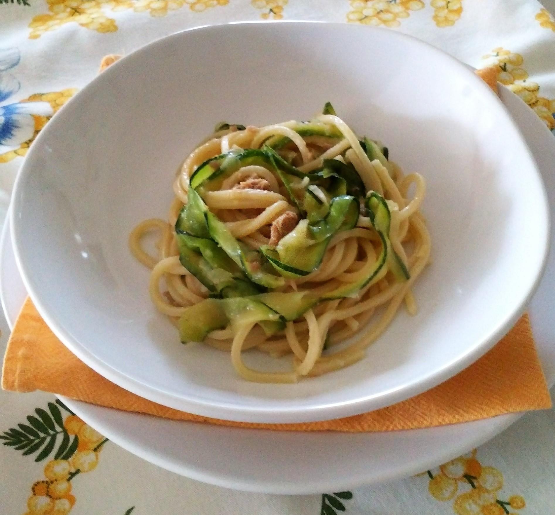 Spaghetti con tonno e zucchine alla julienne la tavola for Verdure alla julienne