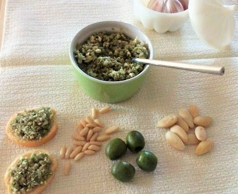 Patè di olive verdi con mandorle e pinoli