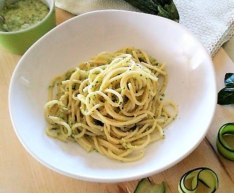 Spaghetti con pesto di zucchine ricetta veloce
