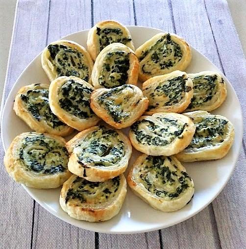 Girelle di pasta sfoglia con ricotta e spinaci