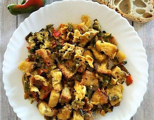Pasticcio di peperoni uova e pane ricetta veloce