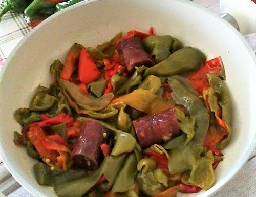 Peperoni e salsiccia in padella piatto saporito