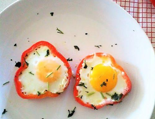 Uova e peperoni a occhio di bue idea sfiziosa