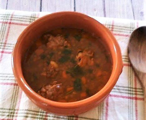 Zuppa di lenticchie con la salsiccia piatto della tradizione