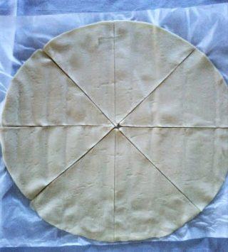 Cornetti di pasta sfoglia prosciutto e formaggio