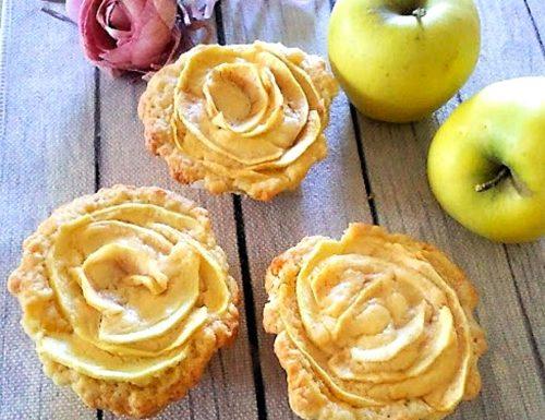 Rose di pasta frolla con le mele e crema pasticcera