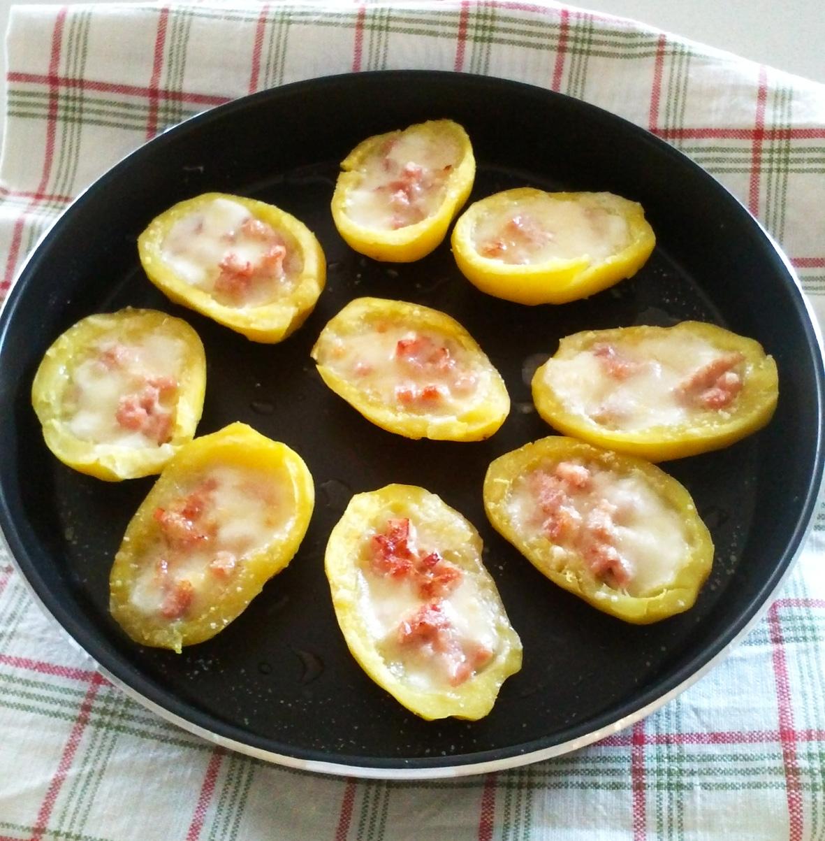 Barchette di patate ripiene con prosciutto e mozzarella