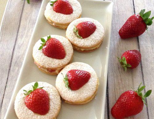 Deliziose con crema e fragole fresche