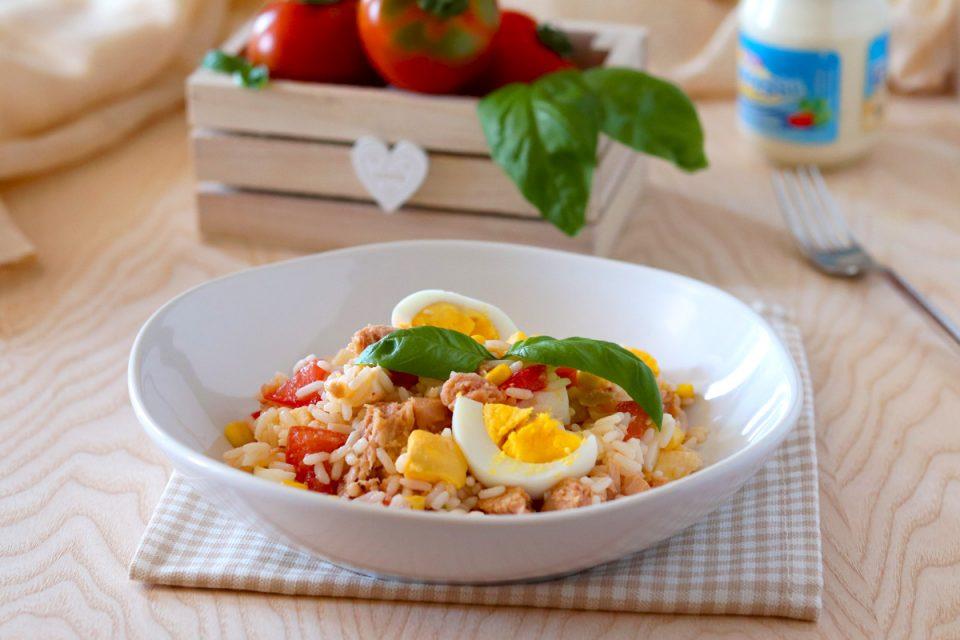Insalata di riso con tonno e uova sode
