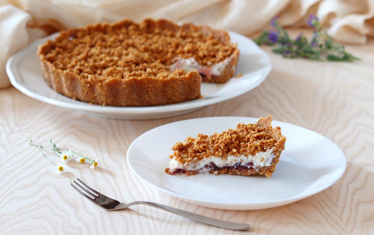 Crostata sbriciolata senza cottura yogurt e marmellata fetta nel piatto