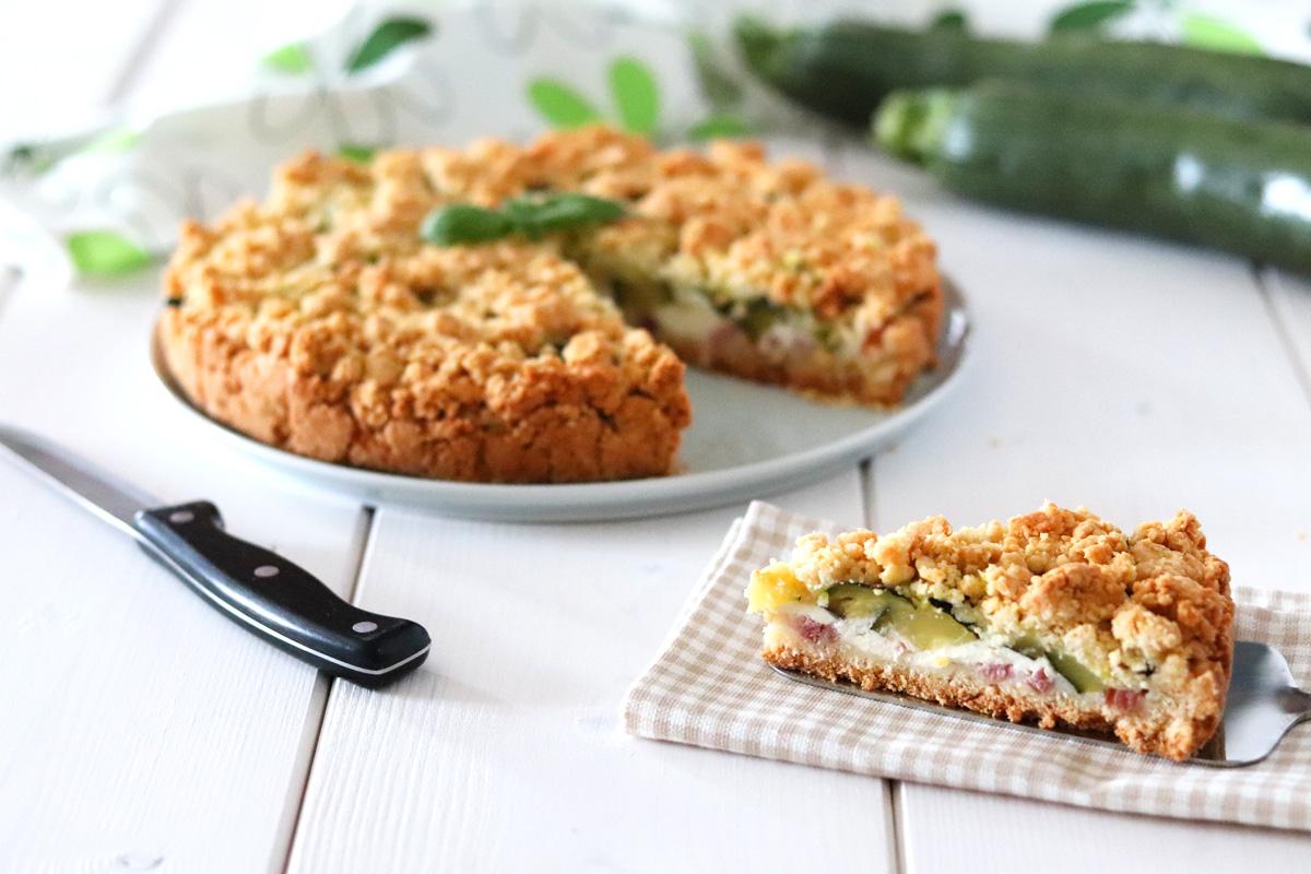 Torta sbriciolata salata zucchine e speck fetta