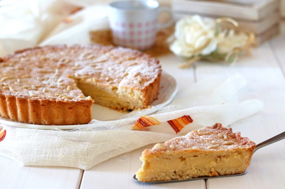 Torta della nonna con crema al limone fetta