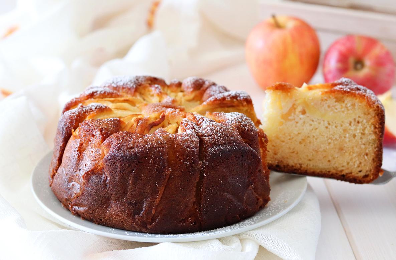 Torta di mele alta e soffice con yogurt fetta