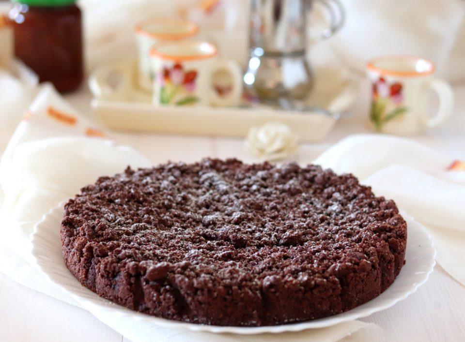 Torta sbriciolata al cacao e marmellata intera
