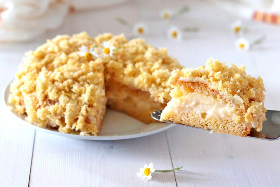 Torta mimosa con crema all'ananas fetta