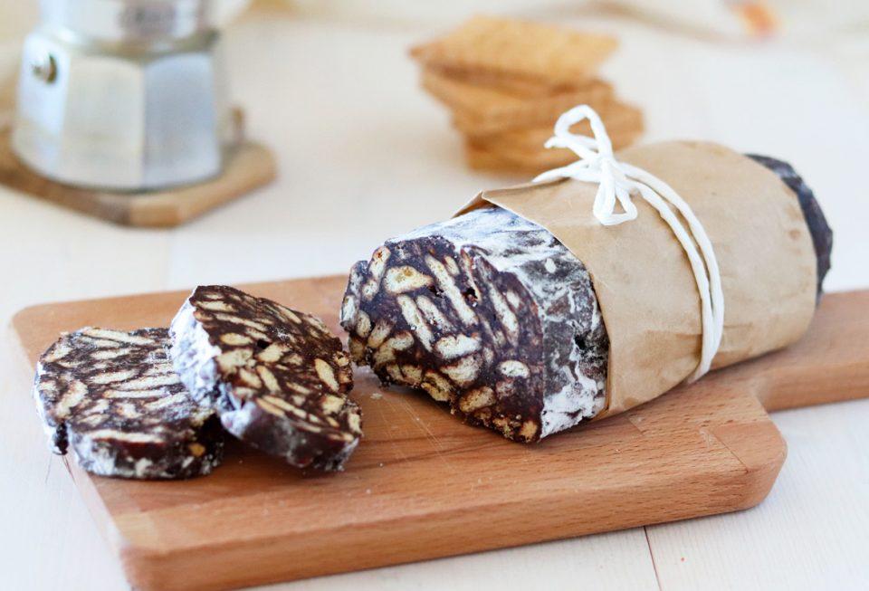 Salame di cioccolato e biscotti al caffè