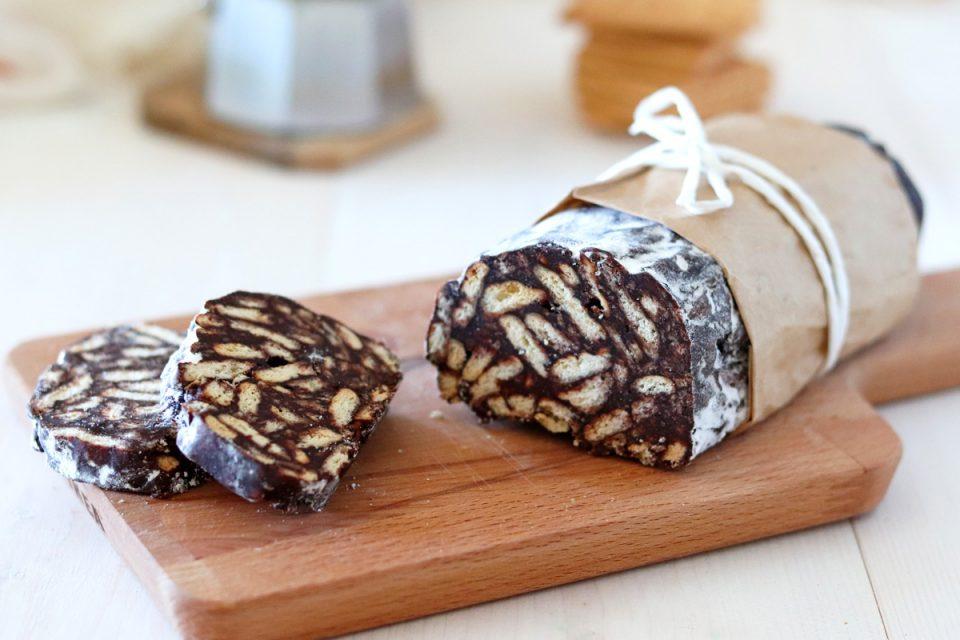 Salame di cioccolato e biscotti al caffè fette
