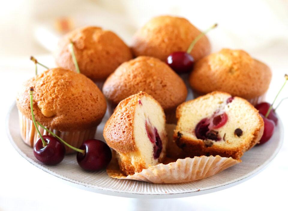 Muffin alle ciliegie con gocce di cioccolato dentro