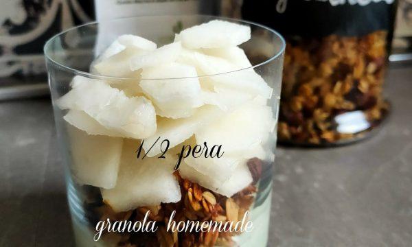 Granola, yogurt greco, matcha e pera