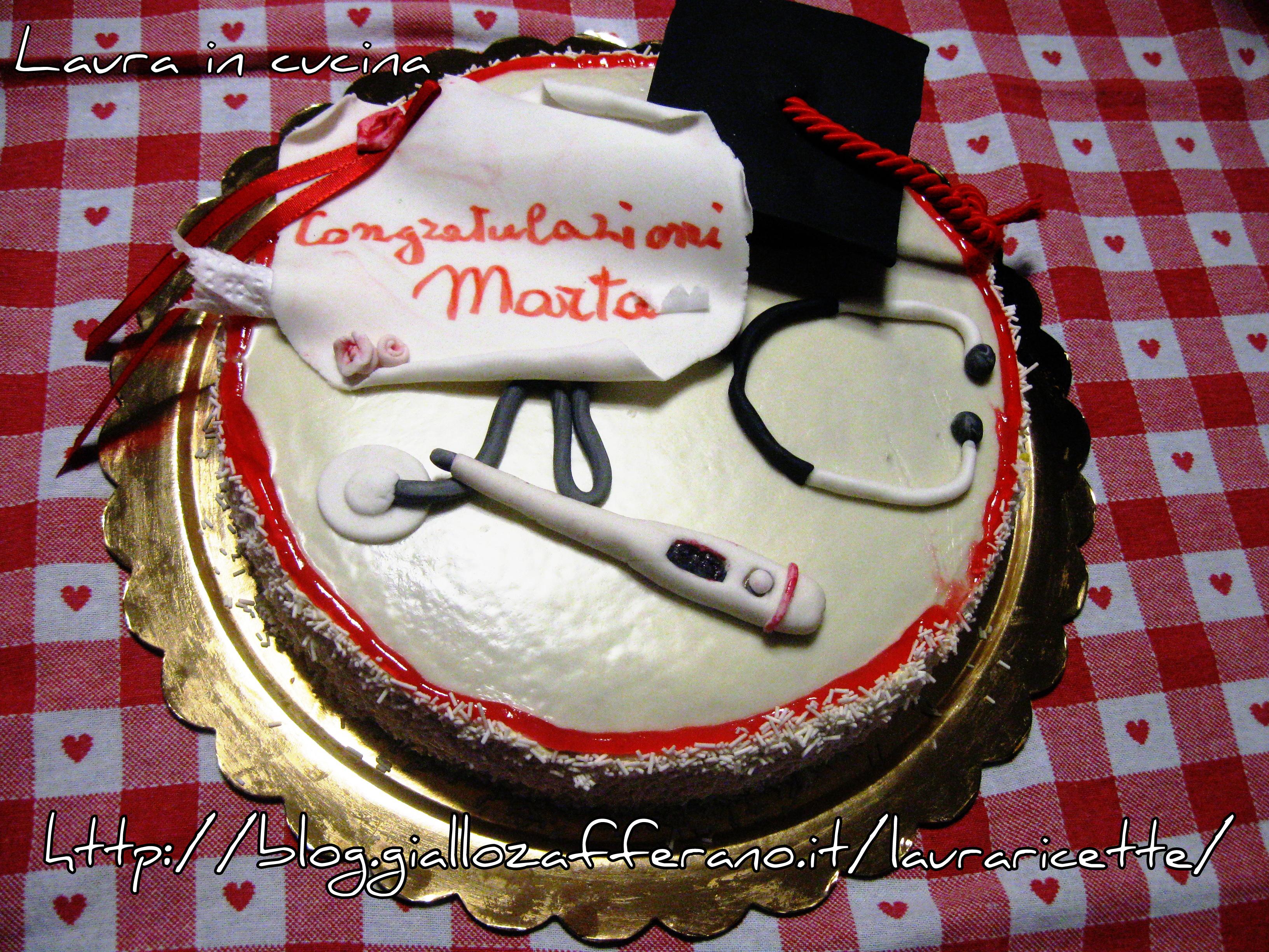 Torta laurea in infermieristica alcune decorazioni laura for Decorazioni per torte di laurea